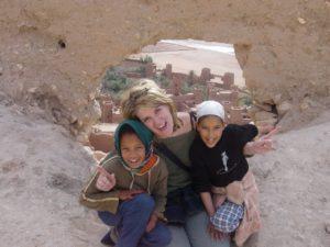 Marruecos_imagen_en_el_desierto_de_ana_zapatillas_con_dos_niñas