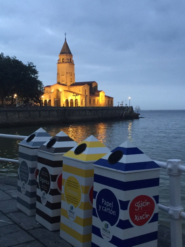 gijon que ver iglesia de san pedro desde la playa de san lorenzo con cubos de emulsa de reciclaje