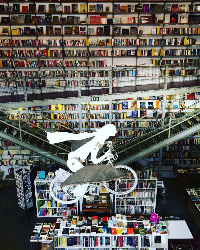 LxFactory Lisboa interior de la librería ler devagar