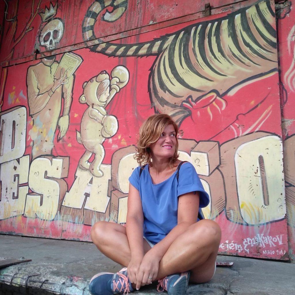 LxFactory Lisboa ana_zapatillas posando con uno de los graffitties