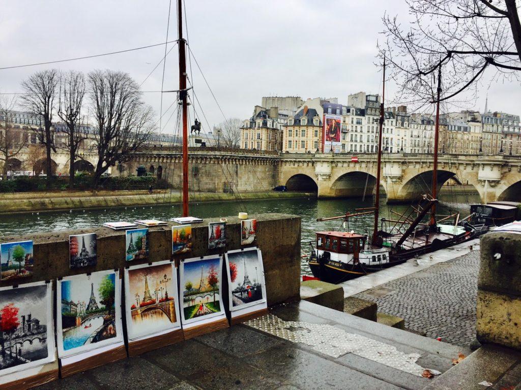 Paris que ver en 3 días imagen de puestos callejeros un día de invierno al lado del sena