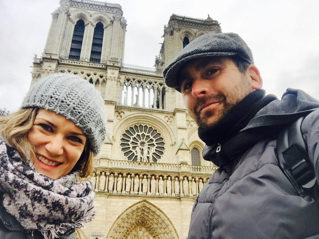 Paris que ver en 3 días  alber y ana de zapatillasporelmudno frente a la fachada de Notre Dame en Paris