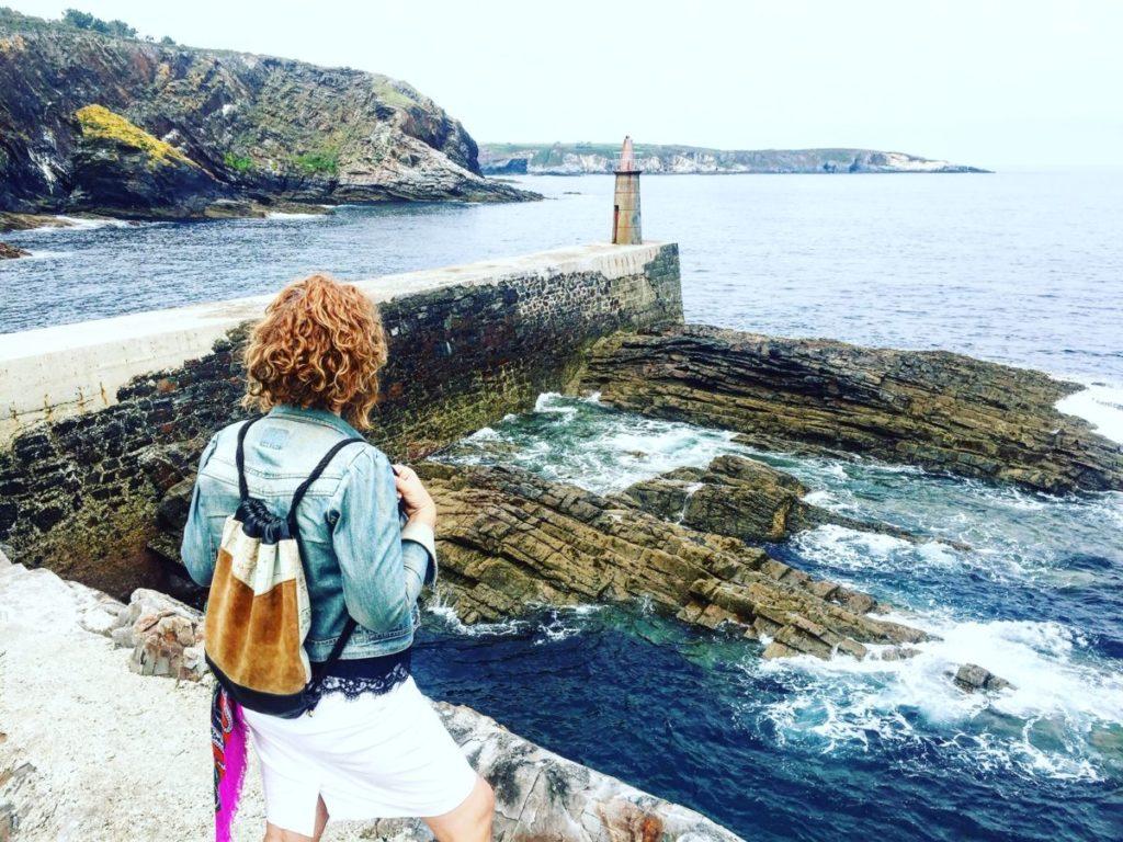 Viavélez que ver ana_zapatillas mirando al mar cantábrico
