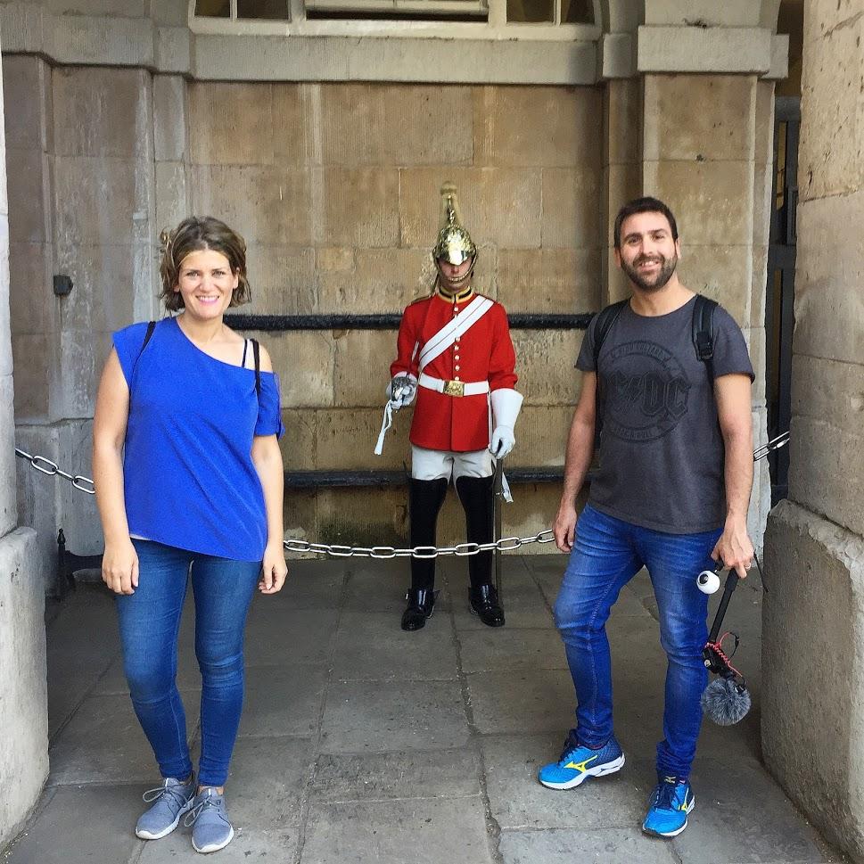 Alber y Ana posando con la guardia real de londres