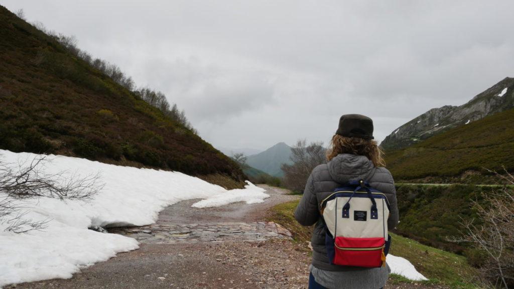 Ana Zapatillas en los lagos de somiedo con nieve