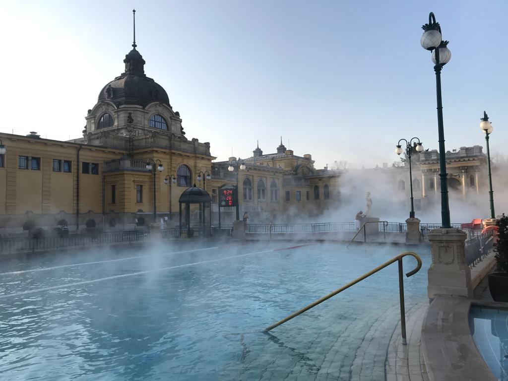 BUDAPEST, QUÉ VER EN 3 DÍAS piscina exterior del balneario de szexhenyi