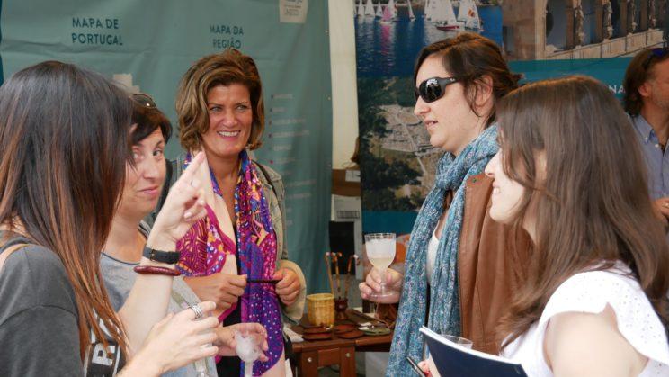 EL FESTIVAL DEL ARCO ATLÁNTICO varios compañero blogger de asturias conversando mientras se toman un vino