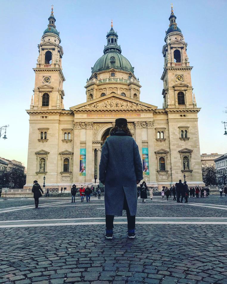 BUDAPEST, QUÉ VER EN 3 DÍAS basílica de san esteban con ana_zapatillas de espaldas