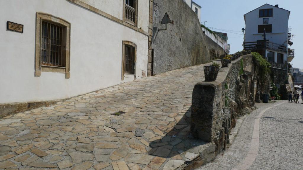 tapia de casariego en la calle donde vivió el constructor del pueblo: fernando pérez casariego