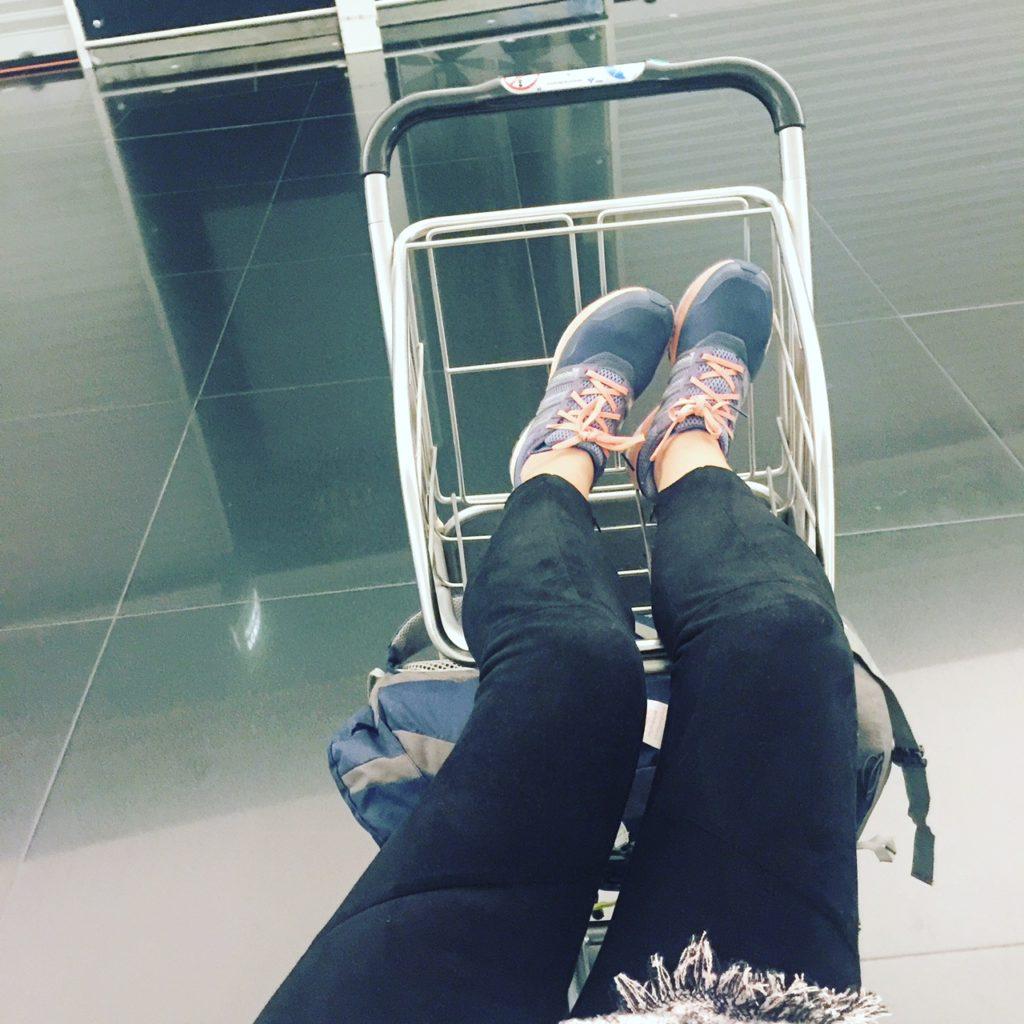 Ana_zapatillas esperando en el aeropuerto