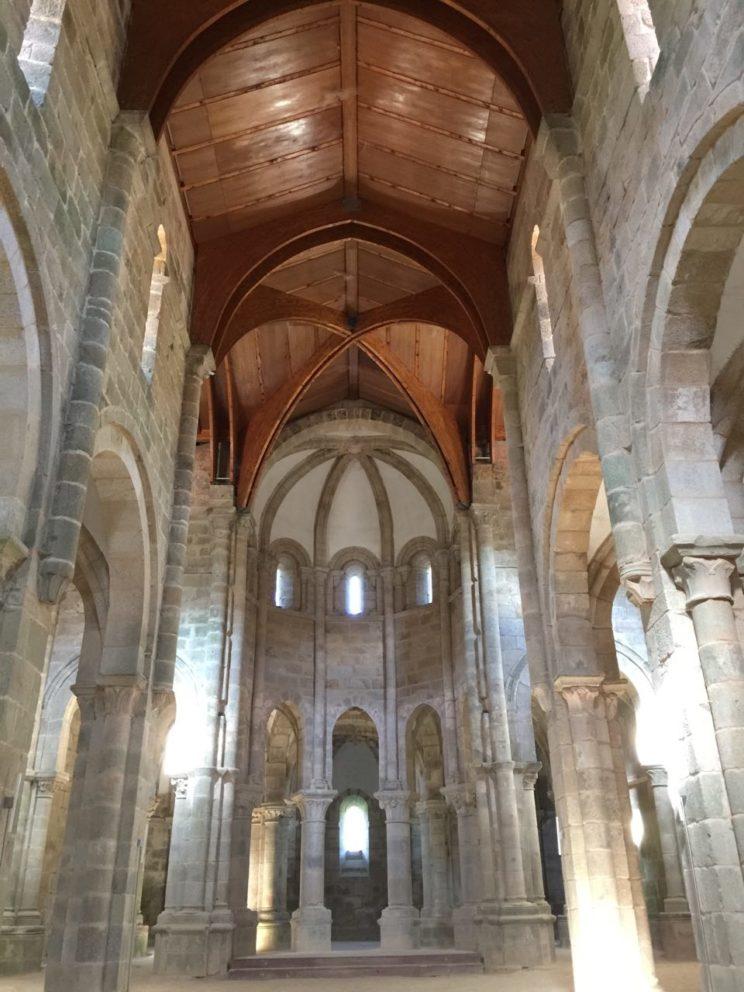 planes-culturales-en-las-rias-baixas-interior-monasterio-carboeiro