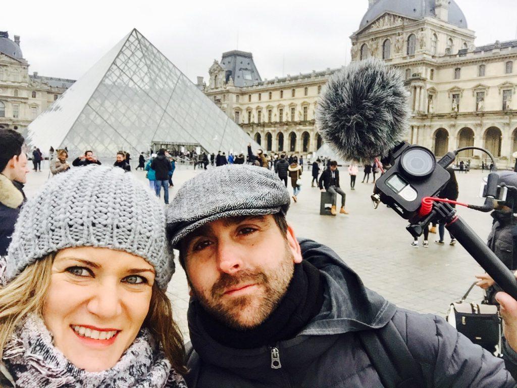 Paris que ver en 3 días Albert y ana de zapatillasporelmundo frente al louvre en parís