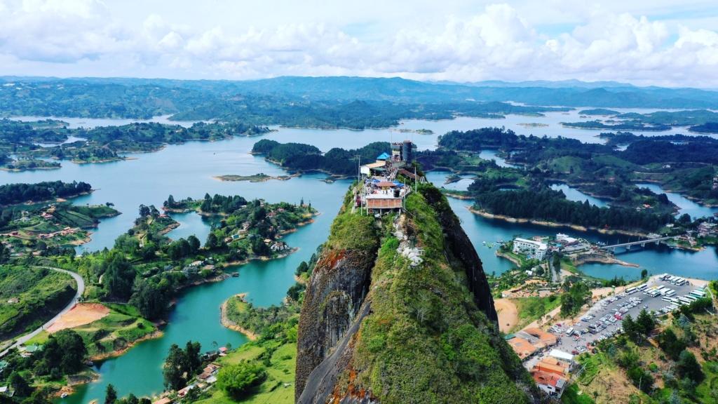 los 10 imprescindibles de Medellín subir la piedra del peñol