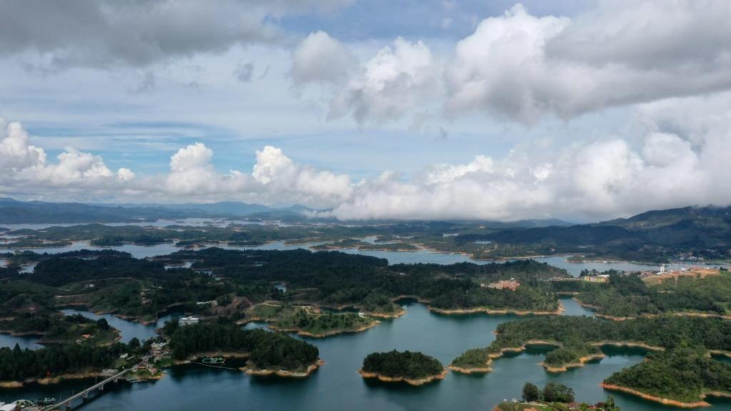 los 10 imprescindibles de Medellín disfrutar de las vistas del embalse del peñol desde lo alto de la roca