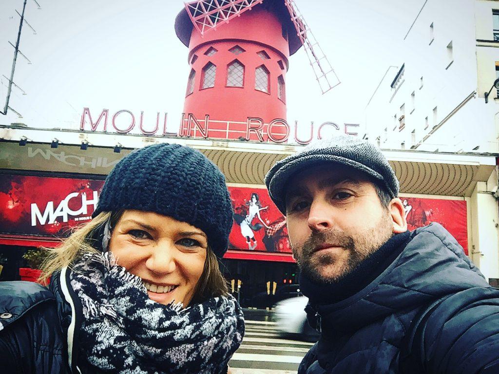 Paris que ver en 3 días Albert y ana de zapatillasporelmudno frente a la fachada del Moulin rouge