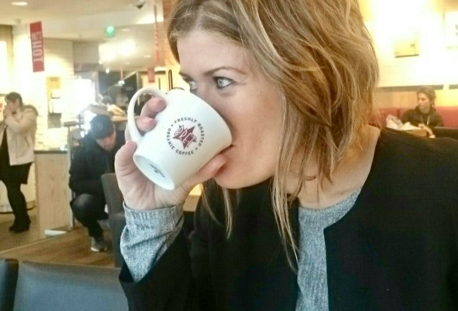 Paris que ver en 3 días Ana_zapatillas tomándose un café en Café Pret en París