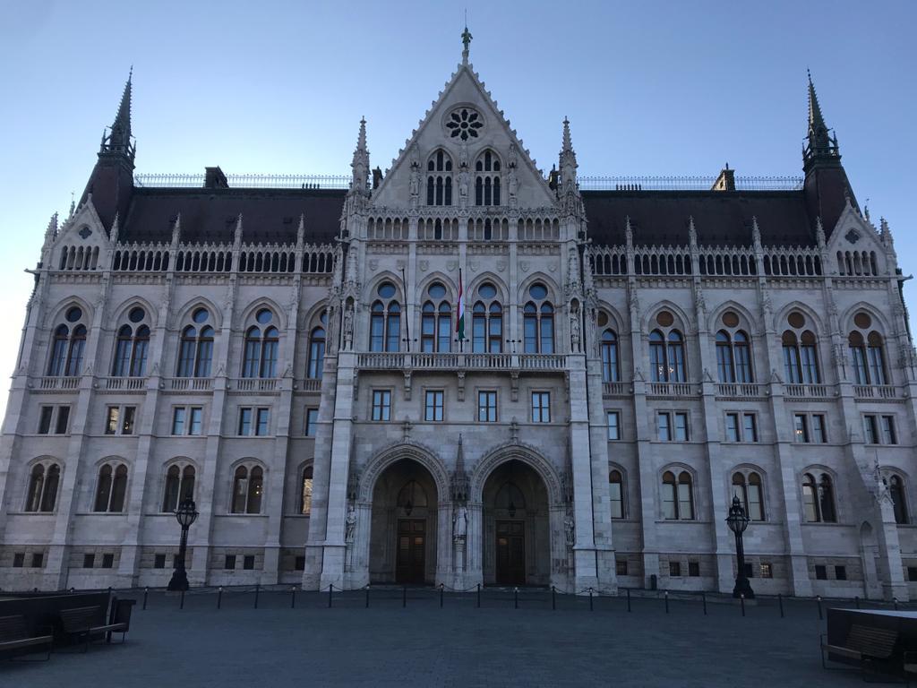 BUDAPEST, QUÉ VER EN 3 DÍAS imagen frontal del parlamento de budapest