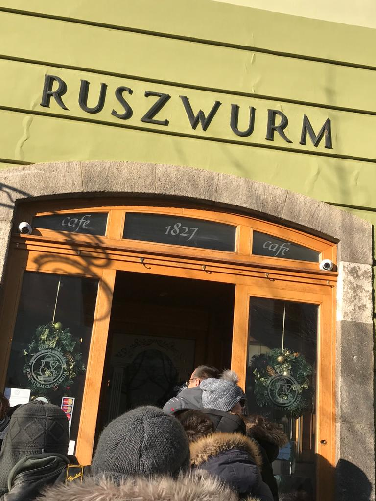 BUDAPEST, QUÉ VER EN 3 DÍAS puerta de entrada de la pastelería ruszwurm
