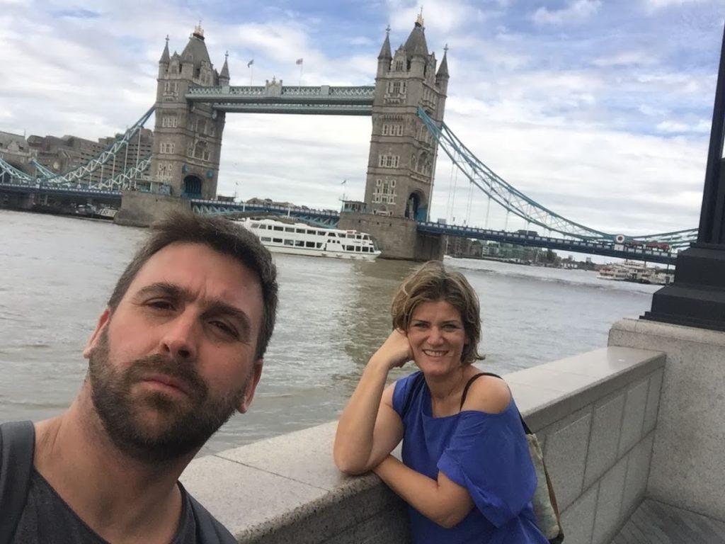 londres albert y ana de zapatillasporelmudno posando delante de la tower bridge