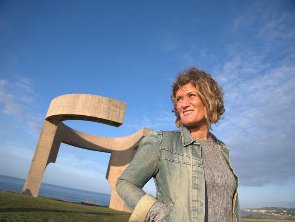 Gijón qué ver Ana_zapatillas con la escultura del Elogio del Horizonte