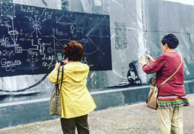 GIJON-señoras-mayores-apreciando-y-fotografiando-graffitti