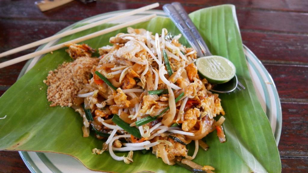 plato de pad thai sobre hoja de banano