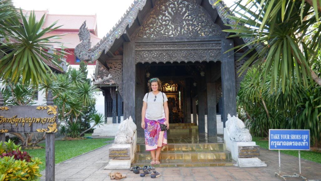 ana zapatillas a la puerta del templo, donde te tienes que quitar el calzado y vestir de forma decorosa
