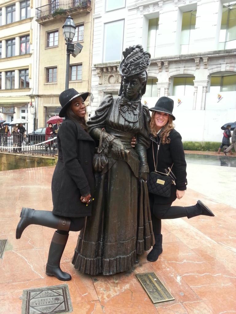 que ver en oviedo, Abriana Boho y Ana posando con la regenta en oviedo