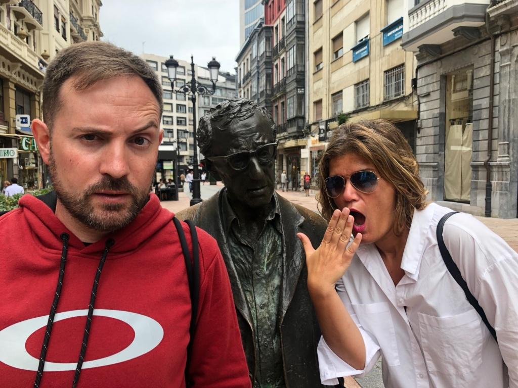 que ver en oviedo, josu y ana posando con la escultura de Woody Allen