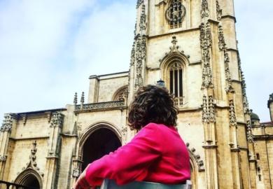 oviedo-que-ver-ana_zapatillas-con-la-catedral-de-oviedo