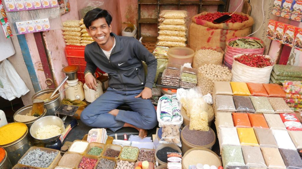 qué ver en Delhi, vendedor de especies en la calle de delhi, en el barrio de main bazar.