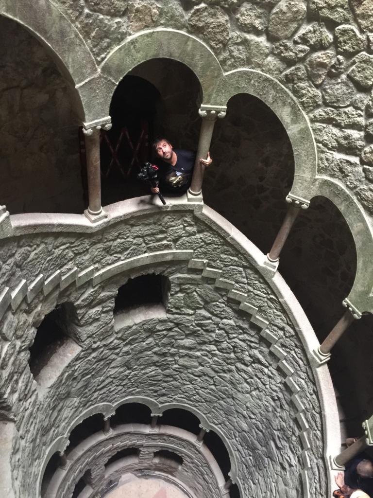 qué ver en sitra, Albert Zapatillasporelmundo visitando el pozo iniciático de la quinta da regaleiras