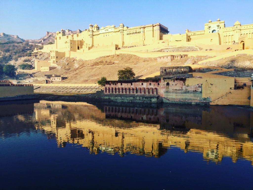 qué ver en amber, Reflejo en el rio de la fachada del Fuerte de Amber, en Jaipur, India