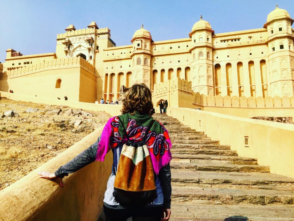 qué ver en Jaipur, fachada del fuerte de amber en jaipur, con ana_zapatillas de espaldas
