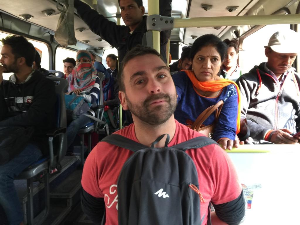 qué hacer en jaipur, albert de zapatillasporelmundo subido a un bus para ir a amber