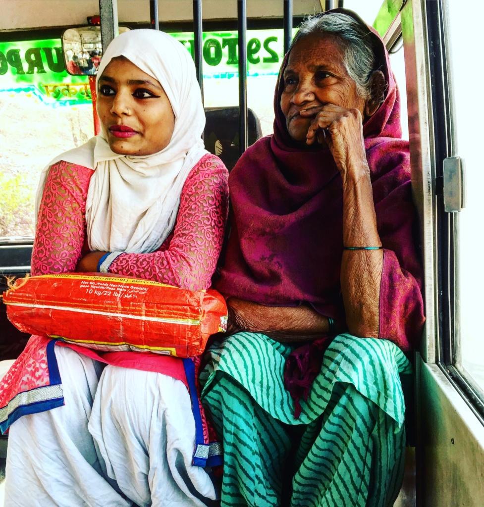 qué ver en jaipur dos pasajeras que nos acompañaron en el trayecto a Amber