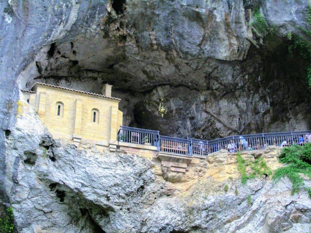 la cueva de covadonga donde podrás encontrar a la santina