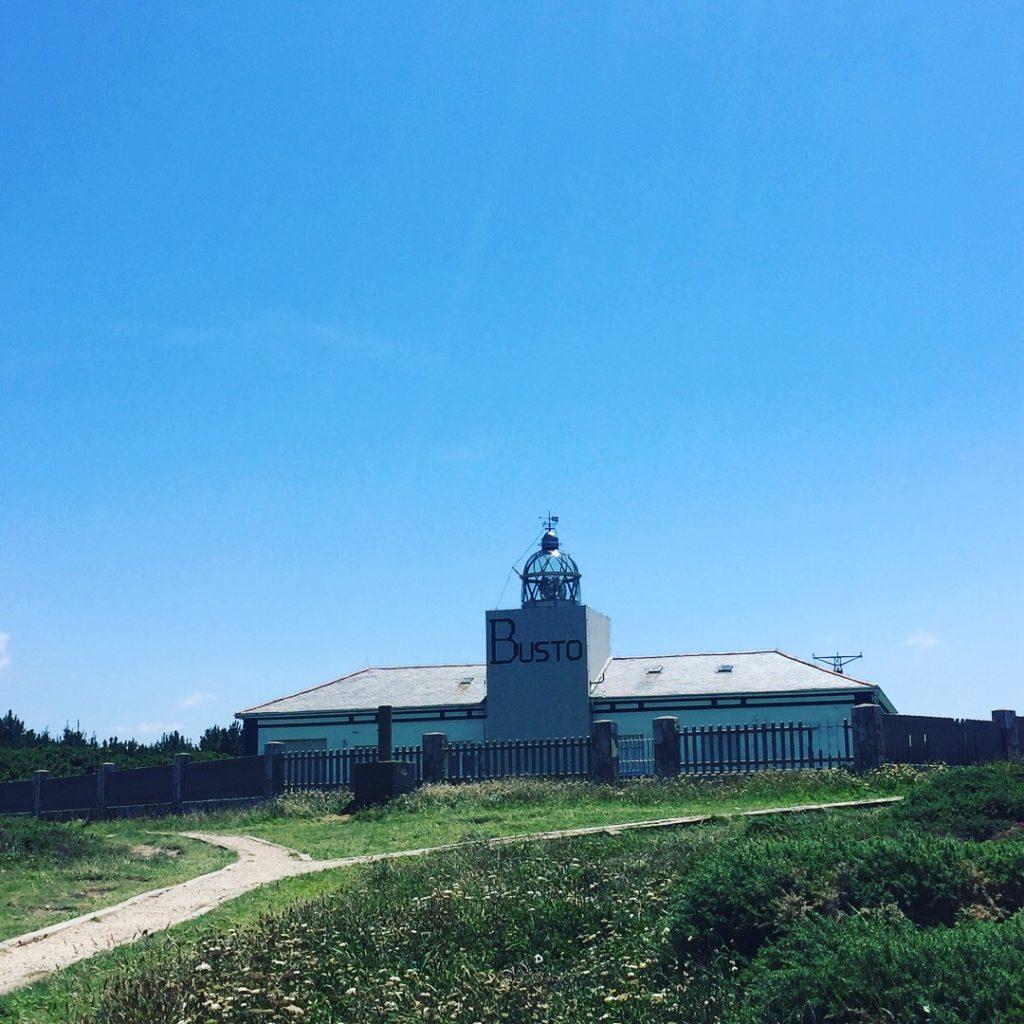 QUÉ HACER EN CABO BUSTO, torre adosada a la cara norte del edificio, que tiene la palabra busto