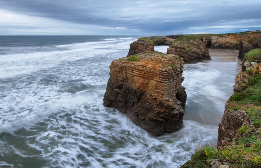 imagen de la playa de ribadeo con el mar bravo