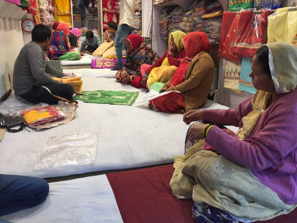 que ver en jaipur, bazar kishanpol mujeres escogiendo telas para sus sharis