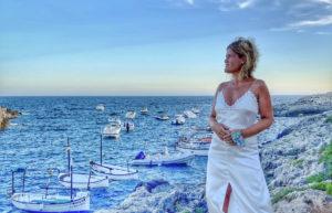 ana_zapatillas con vestido blanco en menorca